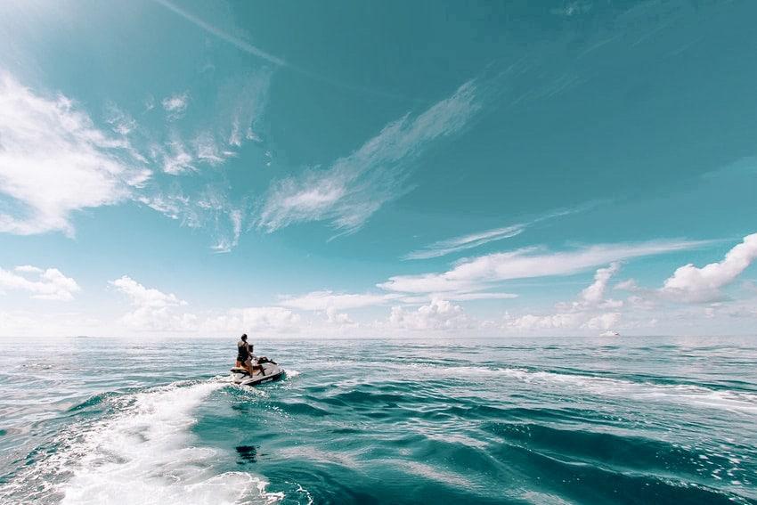 jetski en mer avec ciel bleu et nuages