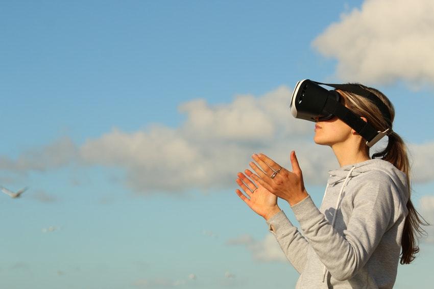 jeune femme avec lunettes de realite virtuelle