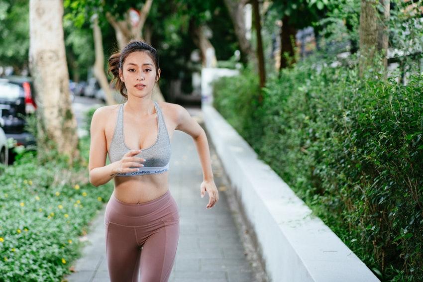 jeune femme qui fait un footing en centre ville