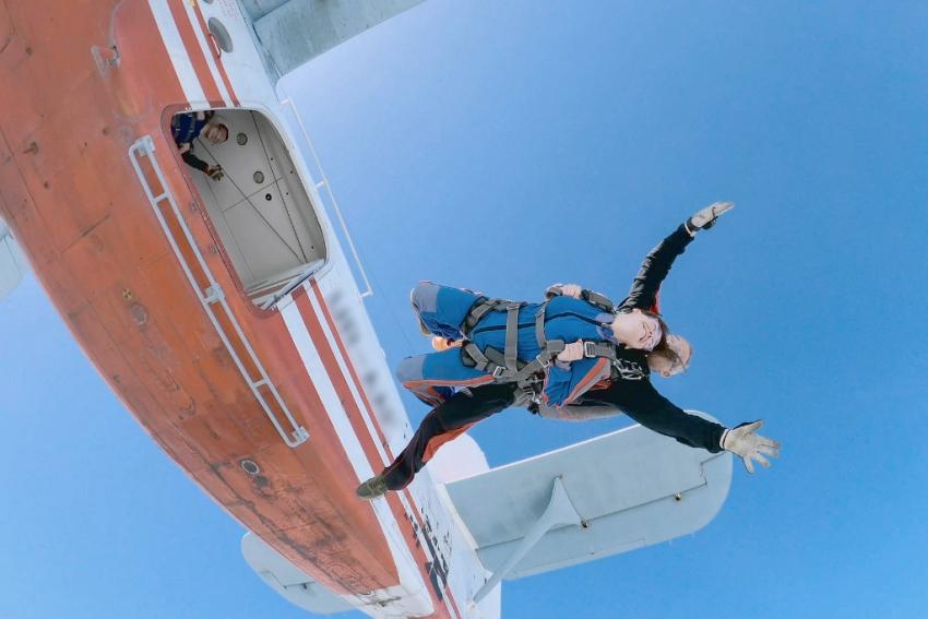 jeune femme qui saute en parachute avec un accompagnateur