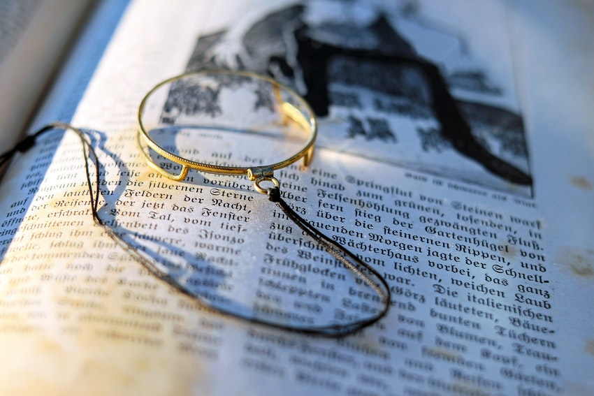 loupe doree sur un livre