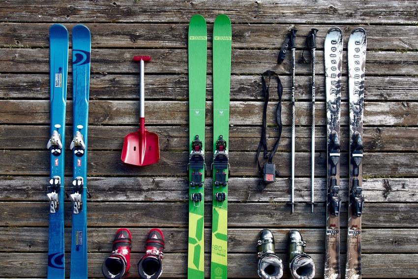 materiel de ski sur planche en bois