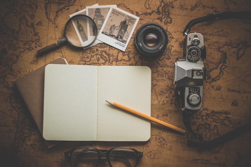 materiel denquete appareil photo carnet stylo boussole carte