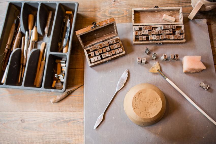 materiel sur argile pinceaux couteau tampons