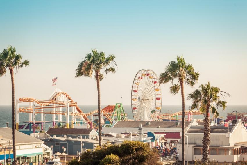 parc dattractions avec palmiers au bord de mer