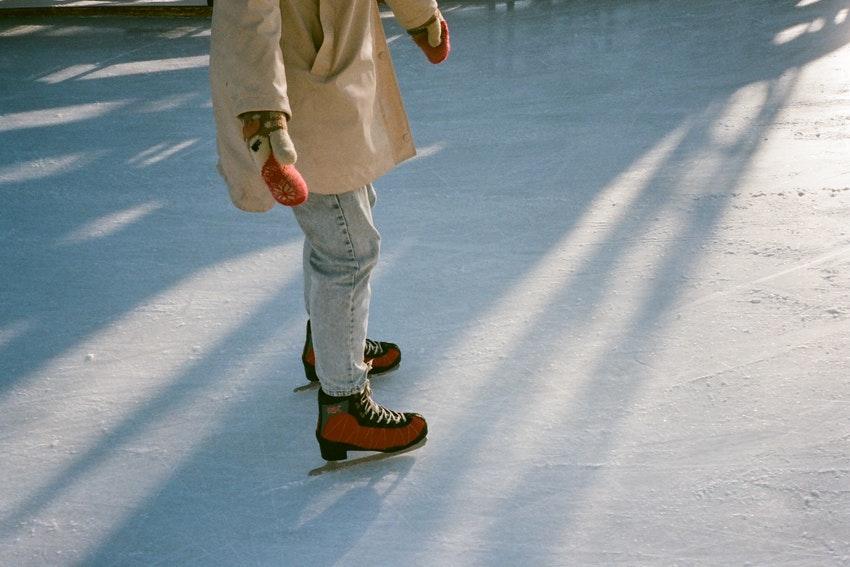 personne qui fait du patin a glace sur une patinoire