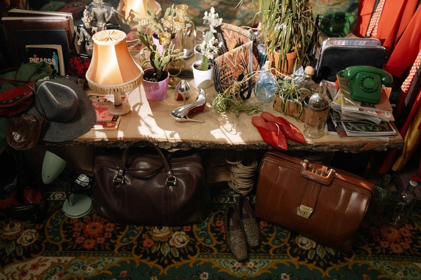 petit meuble de presentation avec differents objets vintage