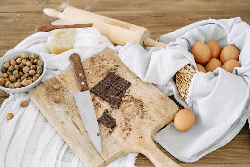 planche a decouper avec tablette de chocolat et differents ingredients