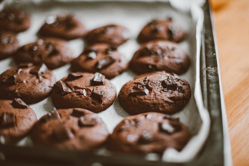 planche avec cookies au chocolat