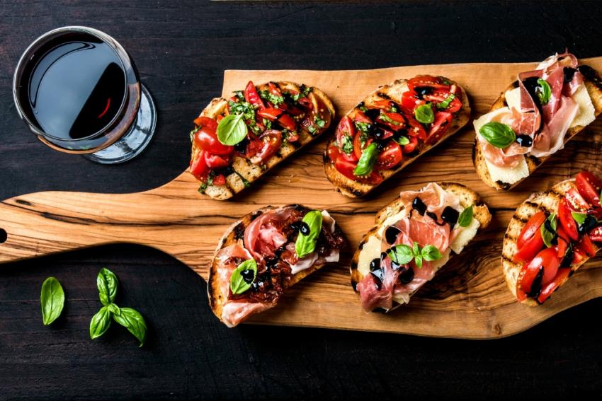 planche avec tartines et verre de vin rouge
