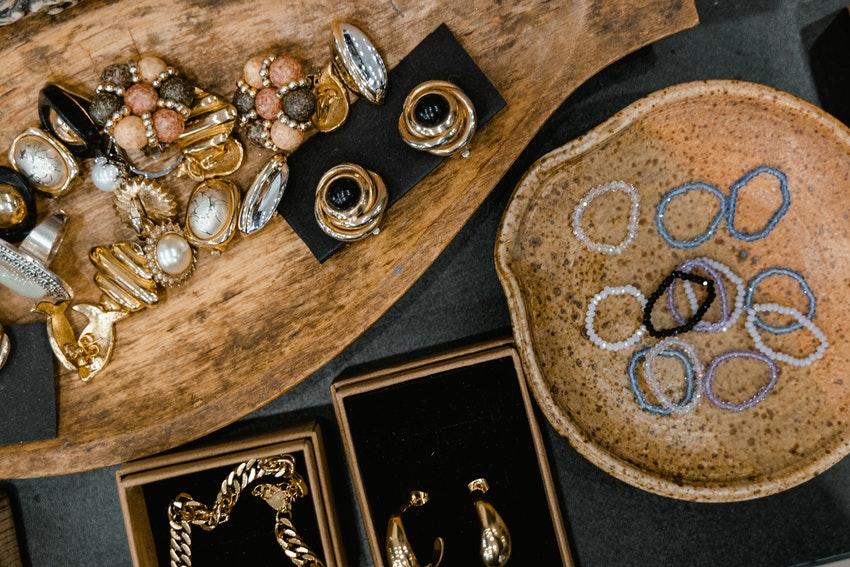 plateaux en bois avec bagues colliers bracelets