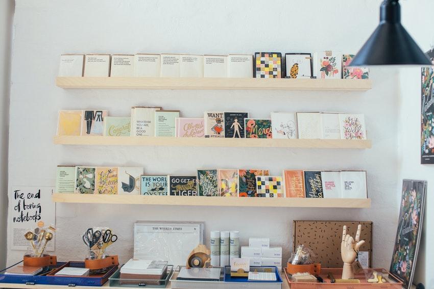 presentoir en bois avec differents dessins et bureau avec objets