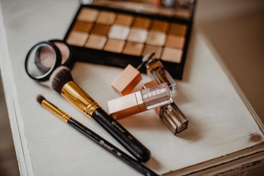 produits de maquillage palette de fards a paupieres pinceaux