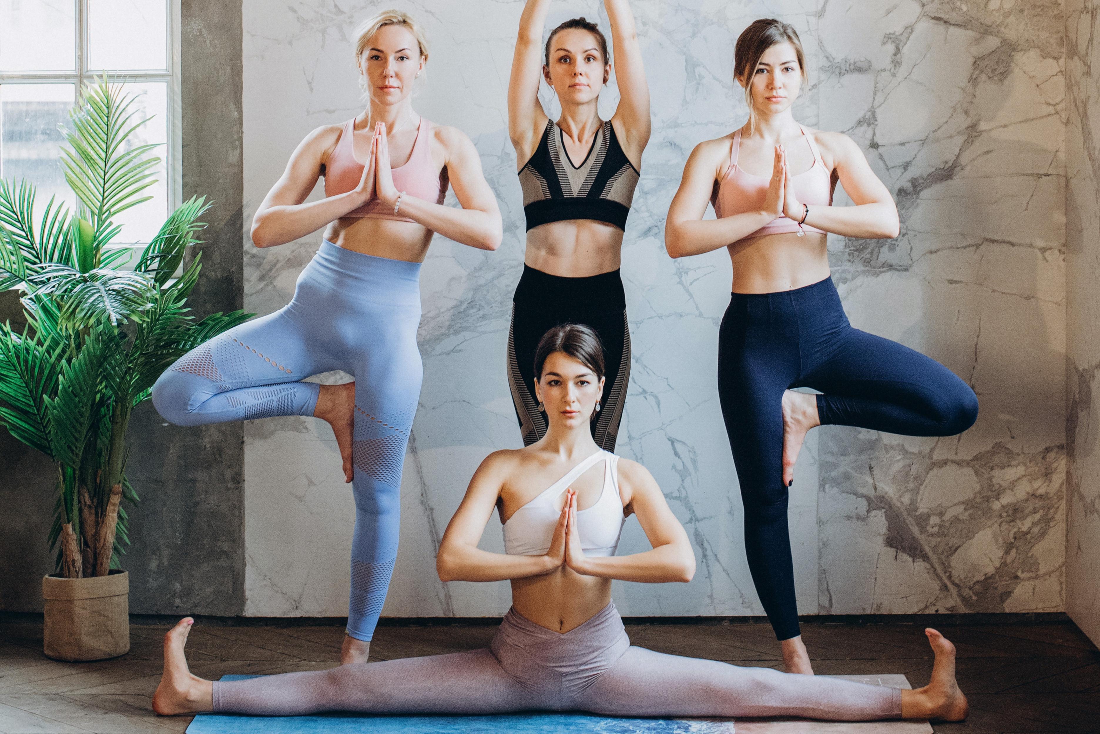 quatre femmes qui font du yoga
