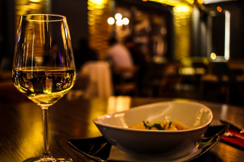 repas restaurant verre de vin blanc