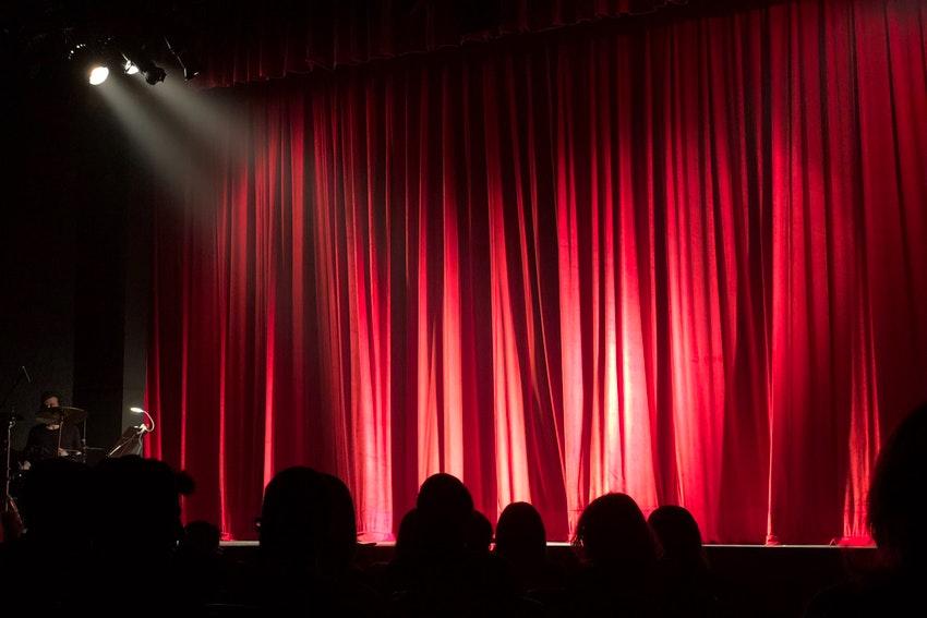 rideau rouge sur scene dune salle de spectacle
