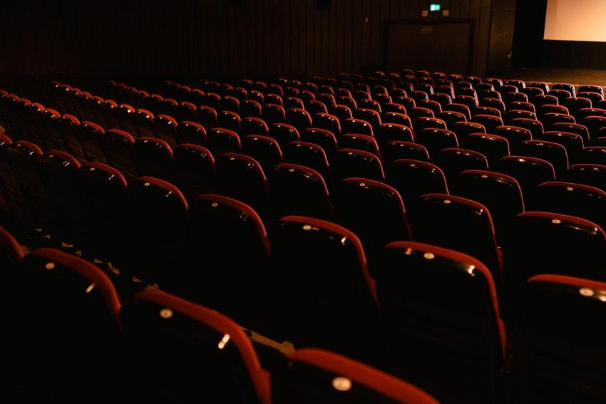 salle de cinema vide avec fauteuils rouges