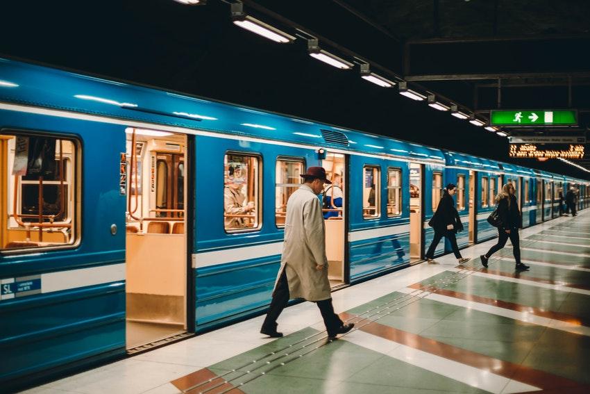 station de metro avec monsieur qui marche sur le quai