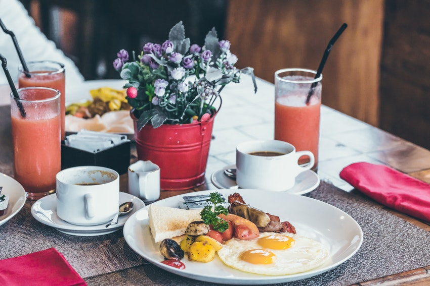 table avec assiette et toast jus dorange