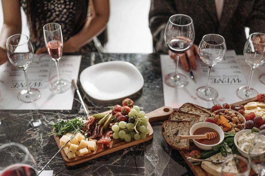 table de restaurant avec planche de charcuterie fromage et verres de vin