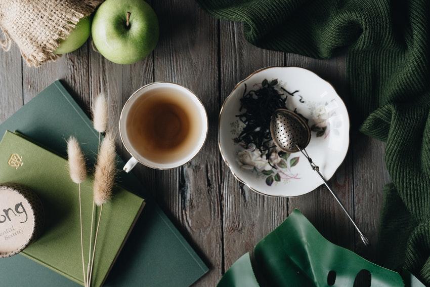 table en bois avec tasse de thé et serviettes en tissu