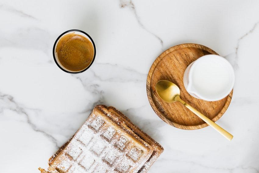 table en marbre avec gaufres et tasse de cafe
