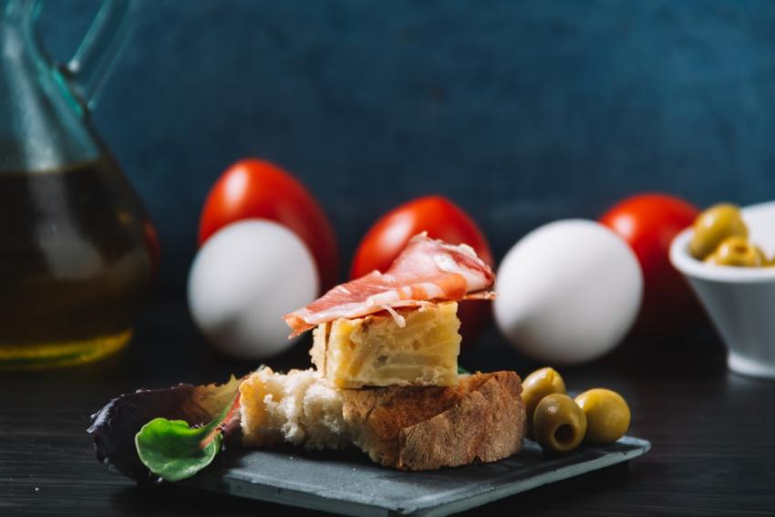 tartine de pain avec tortilla et jambon et olive