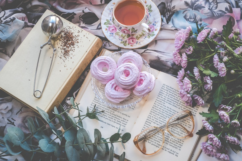 tasse de the livre ouvert et meringues roses