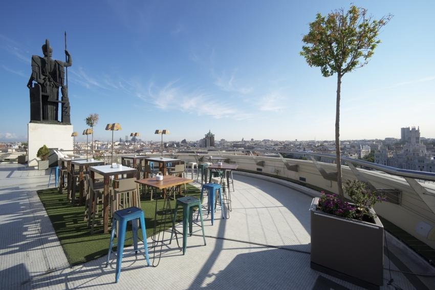 terrasse exterieure en rooftop avec vue sur madrid