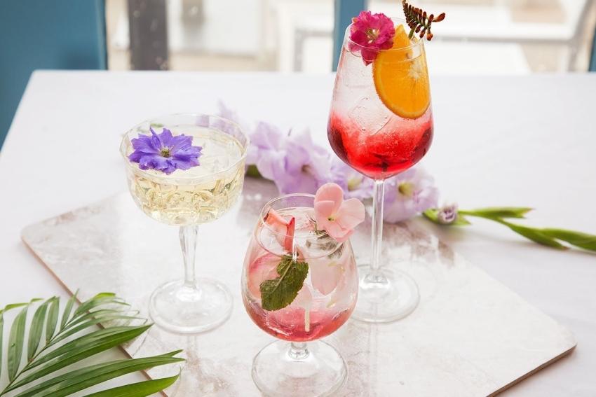 trois cocktails de differentes couleurs avec fleurs a linterieur