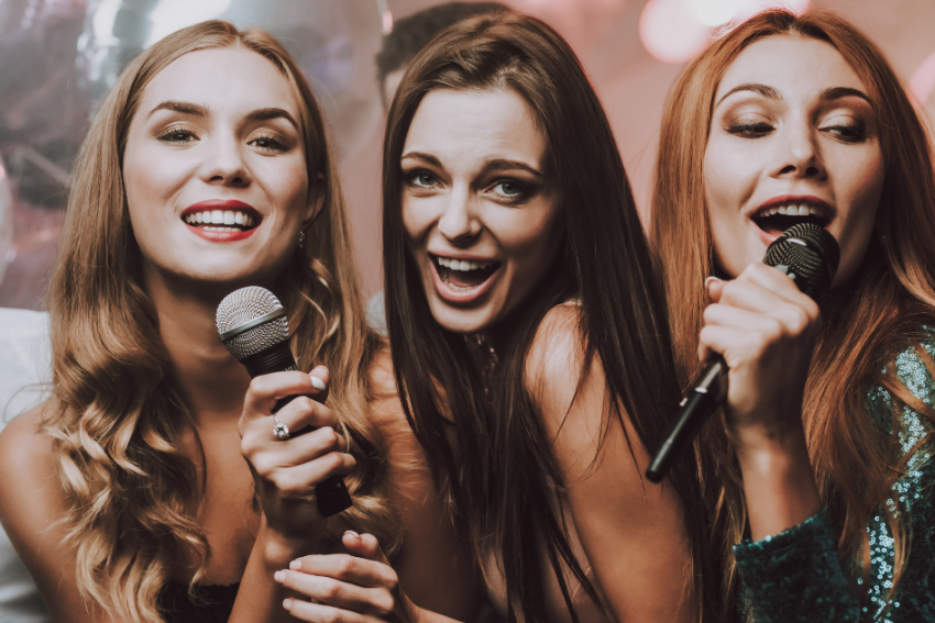 trois filles qui chante dans un micro