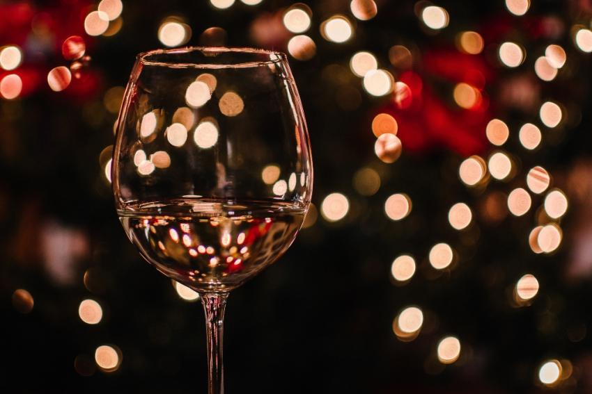 verre de vin blanc avec lumiere
