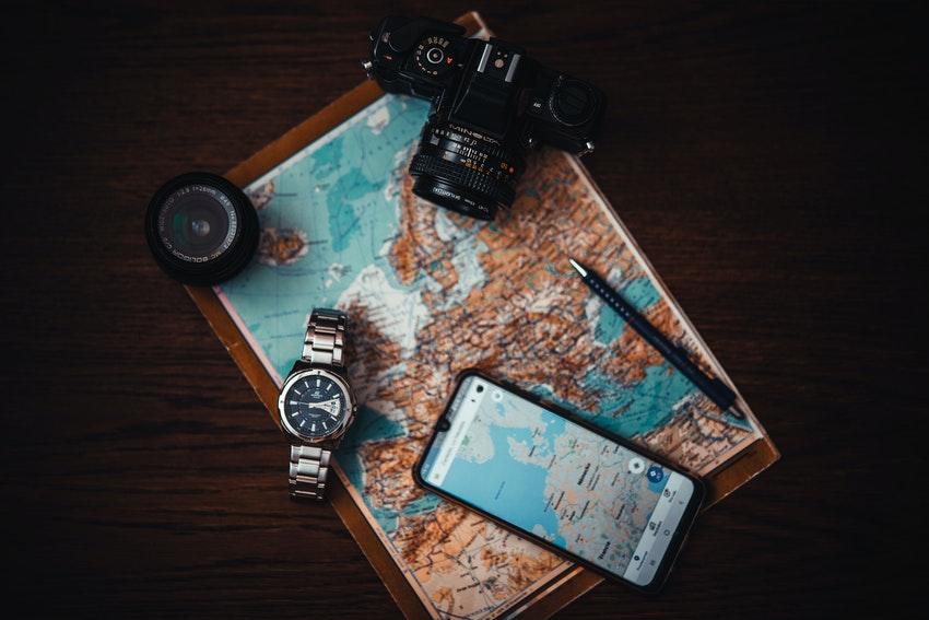 carte avec appareil photo et smartphone allume
