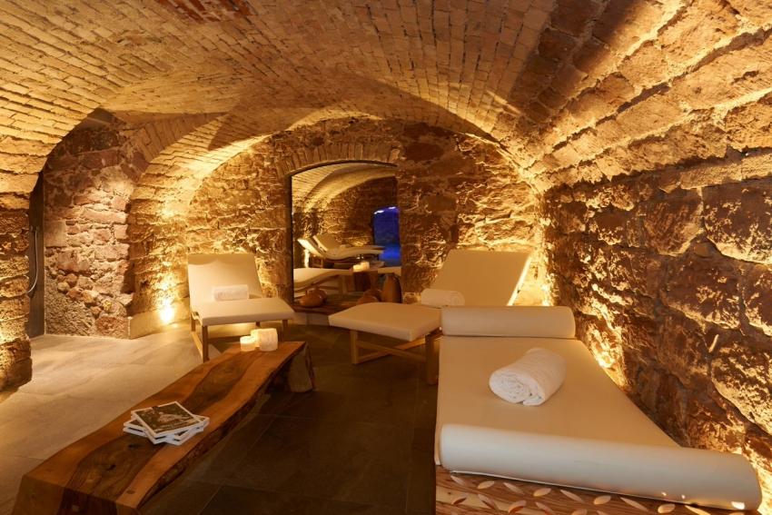 interieur spa en pierre avec meridienne et table en bois