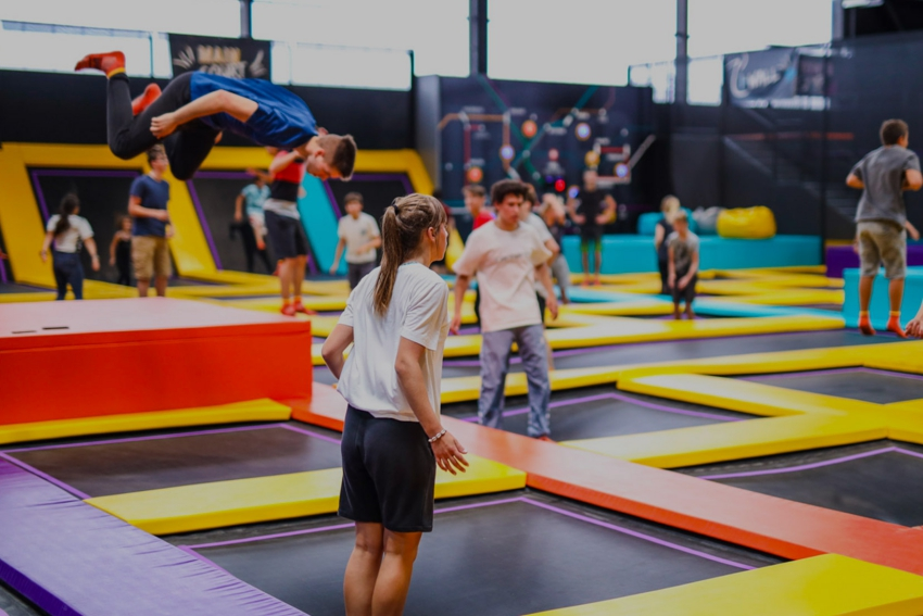 parc a trampolines avec adolescents qui sautent