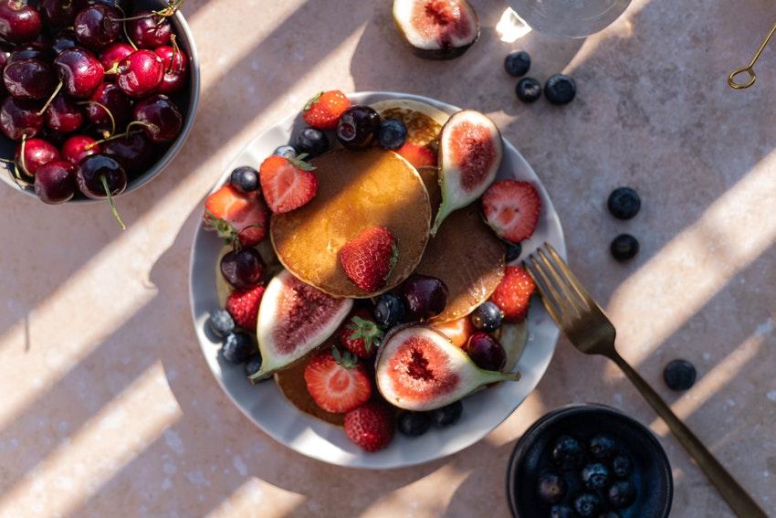 assiette de pancakes avec fruits rouges