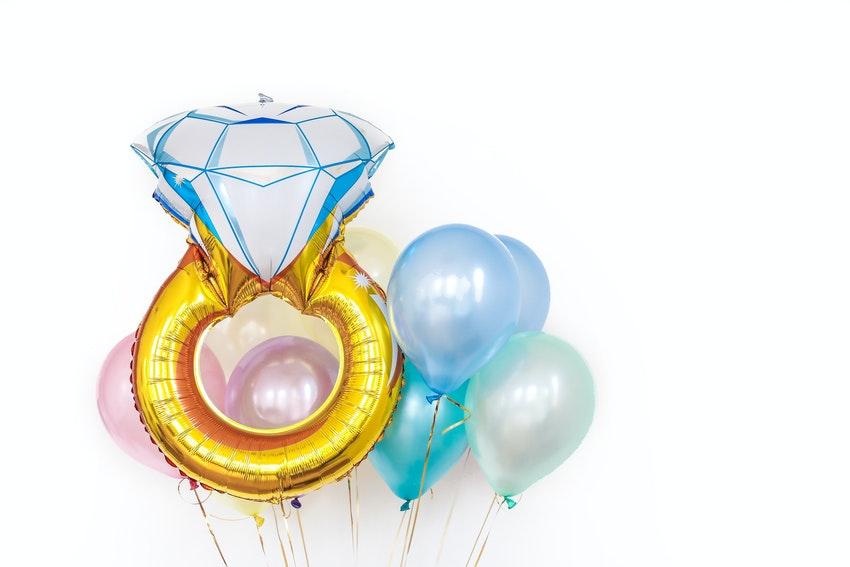 bague en ballon gonflable avec ballons bleus et roses