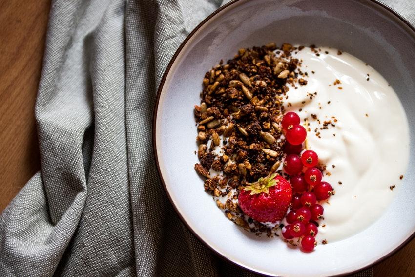 bol de granola avec groseille