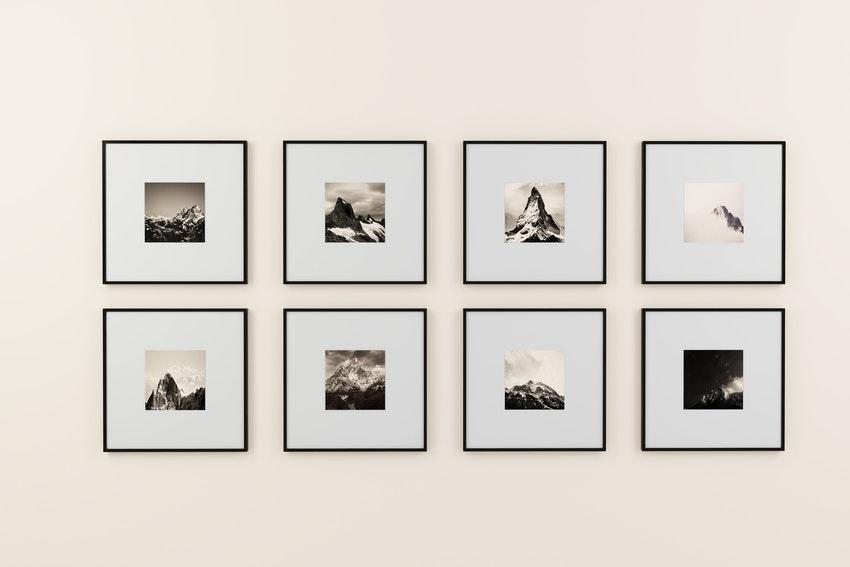 cadres avec peintures de montagnes en noir et blanc sur un mur