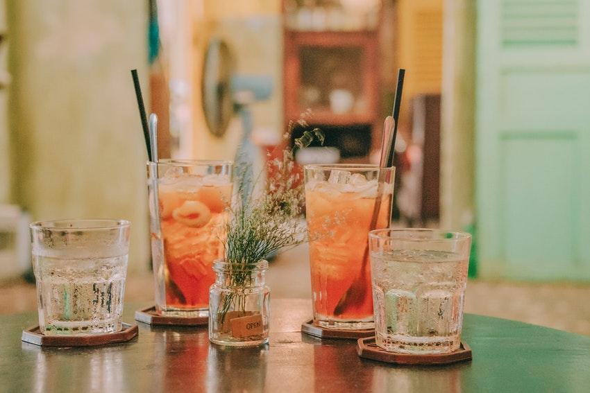 cocktails poses sur une table