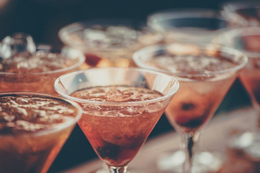 cocktails rose avec glacons