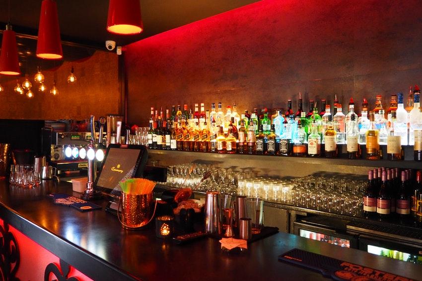 comptoir de bar avec bouteilles dalcool