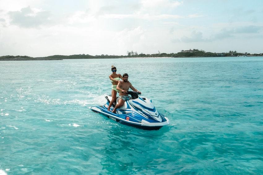 couple sur un jetski en mer