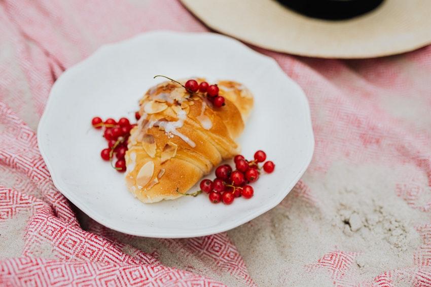 croissant et fruits rouges sur une assiette
