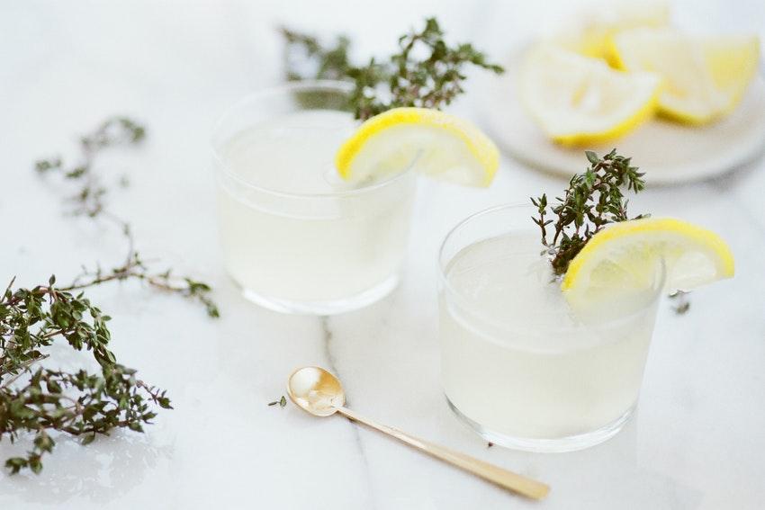 deux cocktails au citron sur plan de travail en marbre