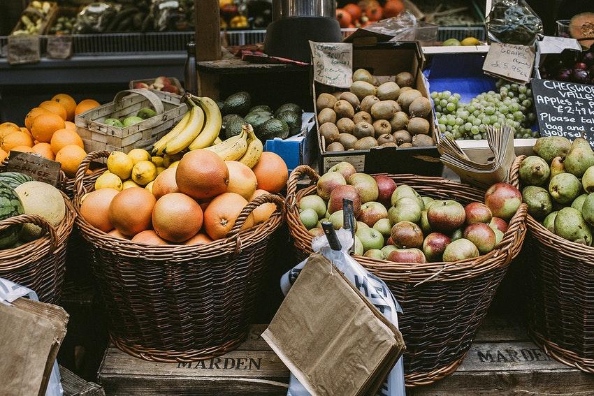 etalage de fruits et legumes sur un marche