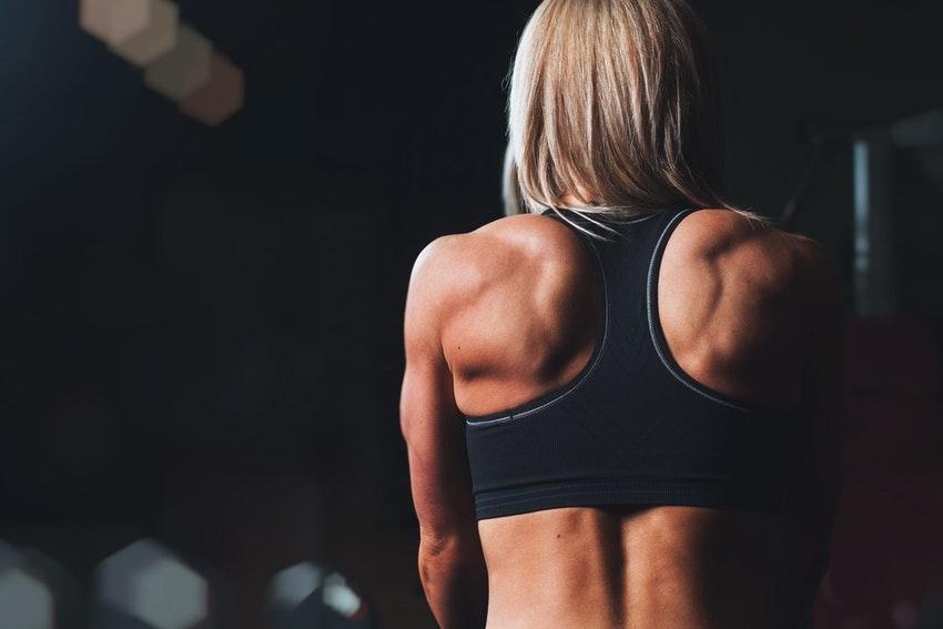 femme blonde de dos en brassiere noire