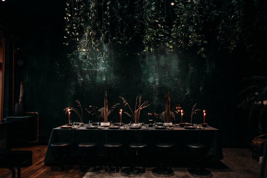 grande table avec decoration de table