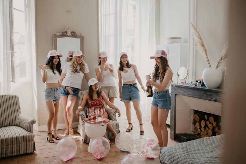 groupe de filles qui fete un evjf en buvant du champagne