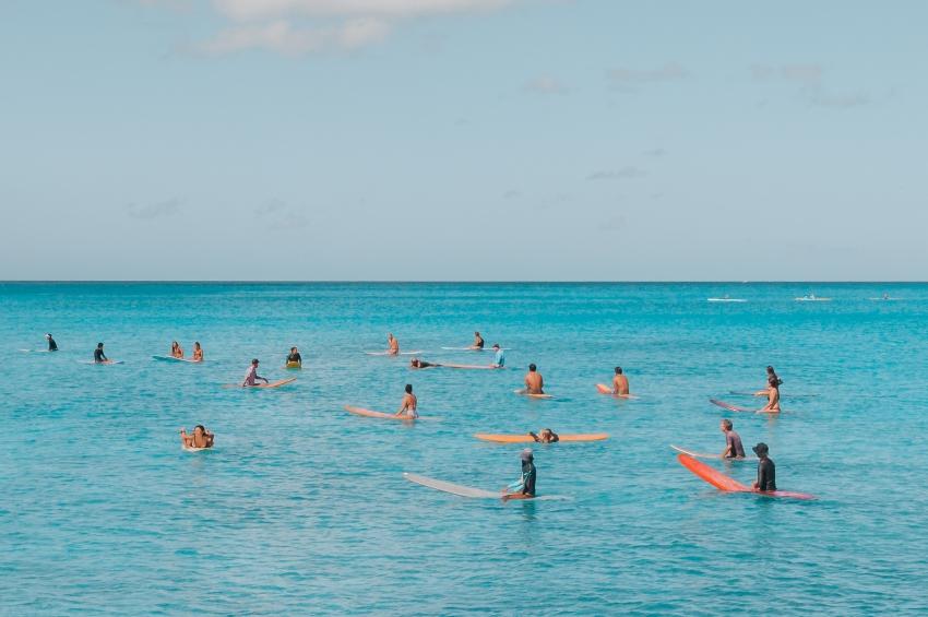 groupe de personne entrain de faire du paddle